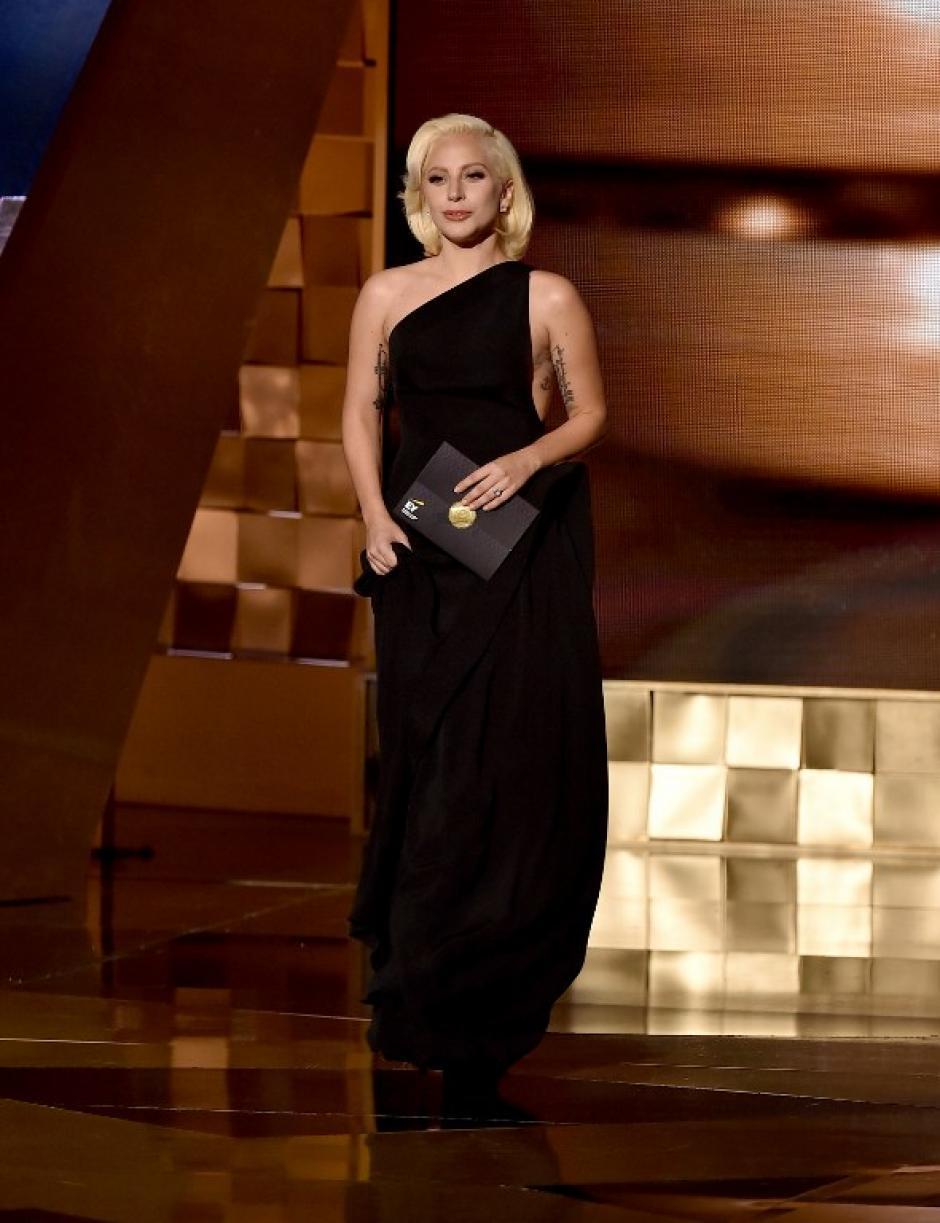 Lady Gaga fue una de las invitadas de honor para entregar uno de los reconocimientos. (Foto: AFP)