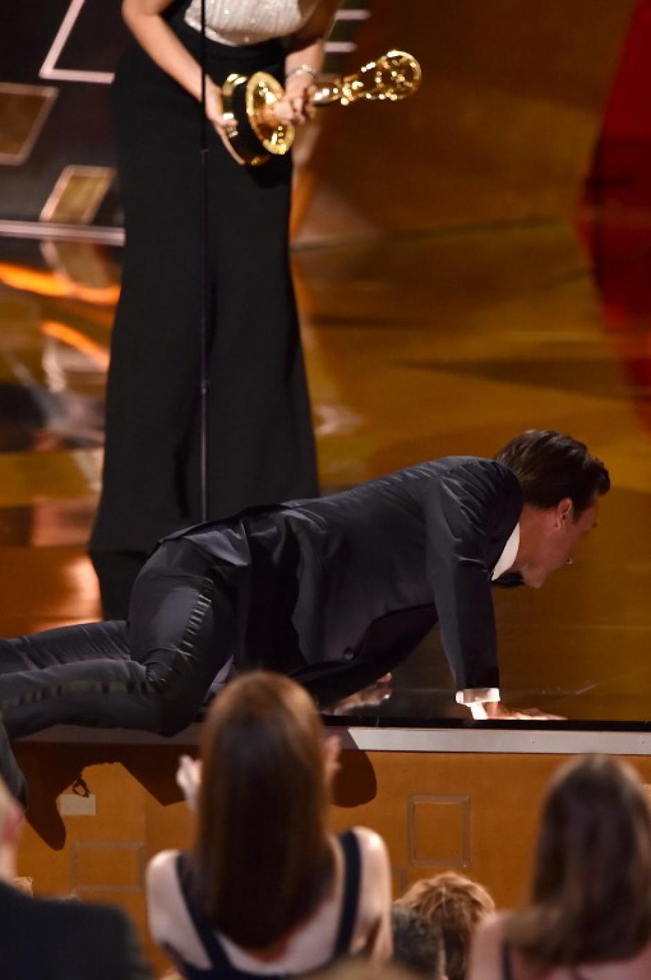 """Actor Jon Hamm sube de una manera menos tradicional al escenario para recibir el premio a Mejor Actor Principical de Serie de Drama por """"Mad Men"""". (Foto: AFP)"""