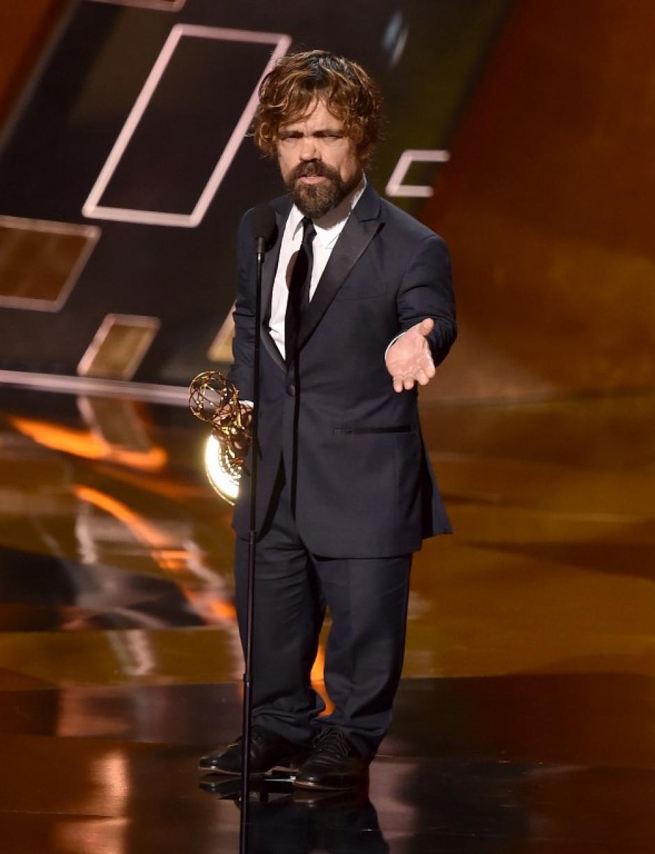 """Peter Dinklage subió al escenario para reibir el premio a Mejor Actor de Reparto por su participación en """"Juego de Tronos"""". (Foto: AFP)"""