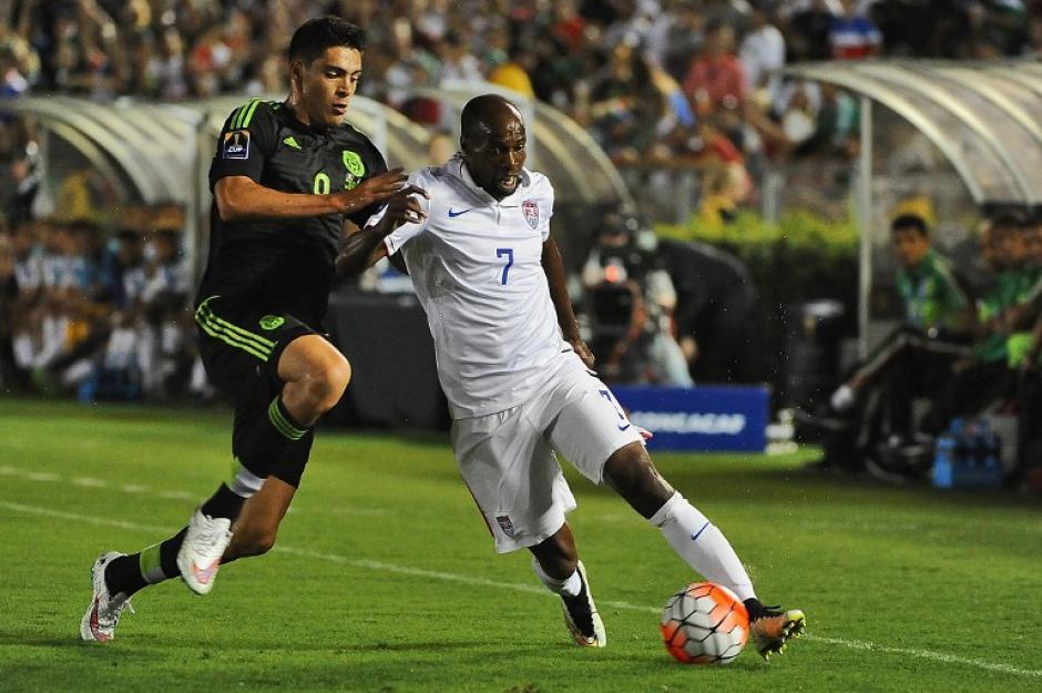DeMarcus Beasley y Raúl Jiménez pelean un balón durante el encuentro de repechaje a Copa Confederaciones entre Estados Unidos y México. (Foto: AFP)