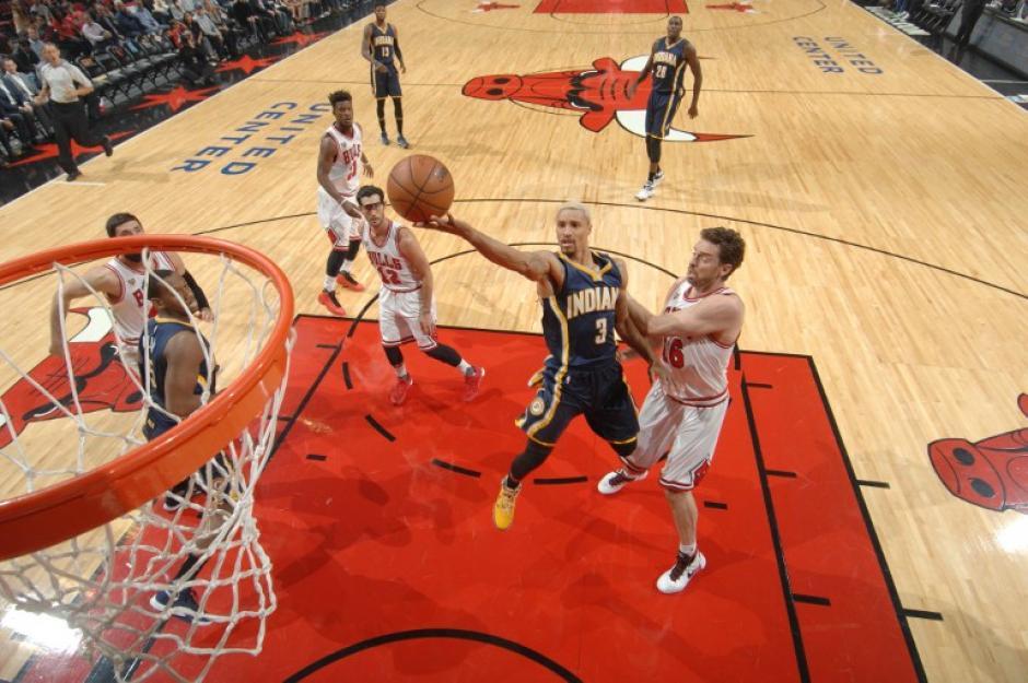 Pau Gasol captado realizando labores defensivas para los Bulls ante los Cavaliers