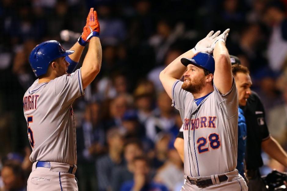 Murphy y Wright de los Mets celebran tras anotar dos carreras ante los Cachorros.