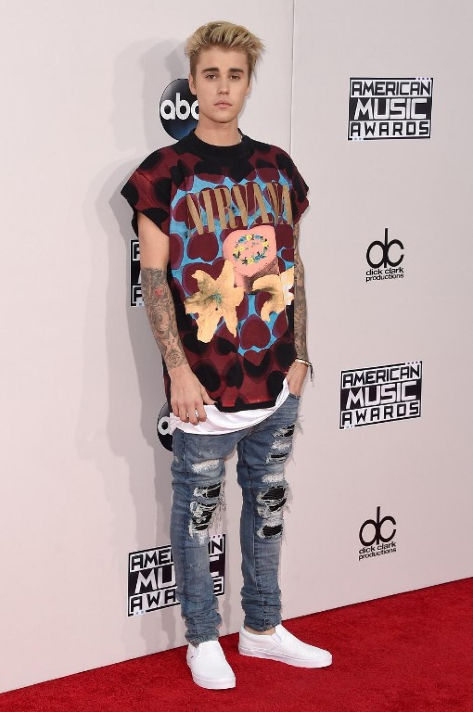 Justin Bieber luce casual en la alfombra roja de los American Music Awards. (Foto: Jason Merritt / AFP)