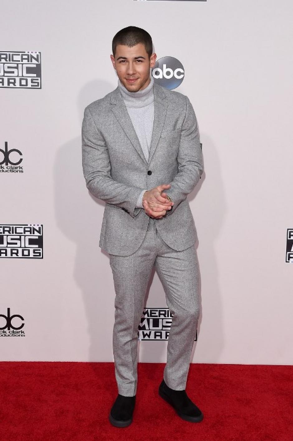 Nick Jonas sonrie en la alfombra roja de los American Music Awards en Los Ángeles, California. (Foto: Jason Merritt / AFP)