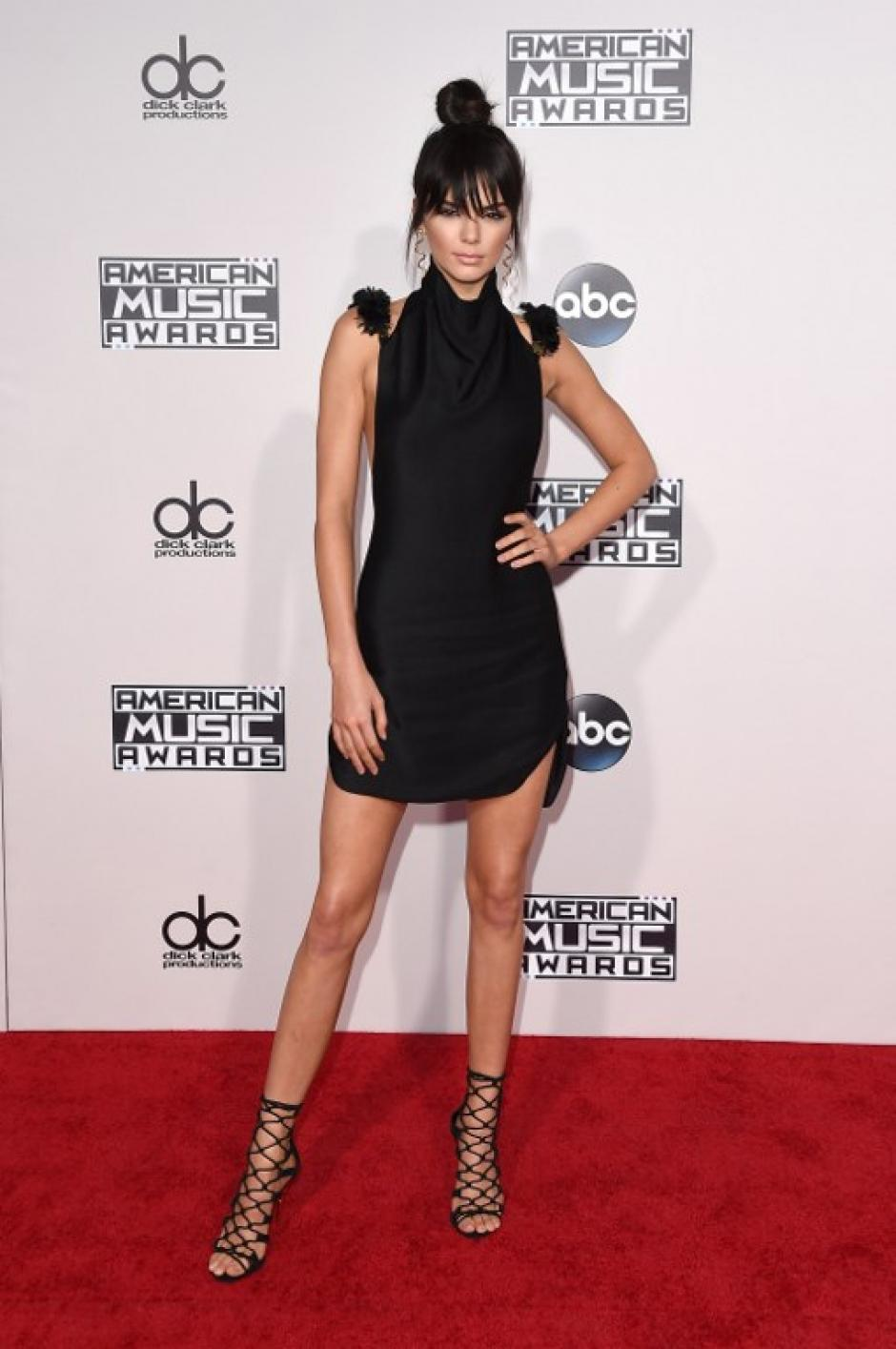La modelo Kendall Jenner posa en la alfombra roja de los American Music Awards. (Foto: Jason Merritt / AFP)