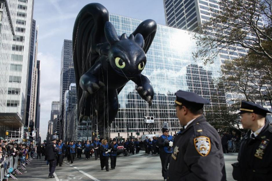 Los miembros del departamento de policía de la ciudad de Nueva York hacen guardia durante el Día de Acción de Gracias desfile anual el 26 de noviembre de 2015, de la ciudad de Nueva York. (Foto: Kena Betancur/ AFP)