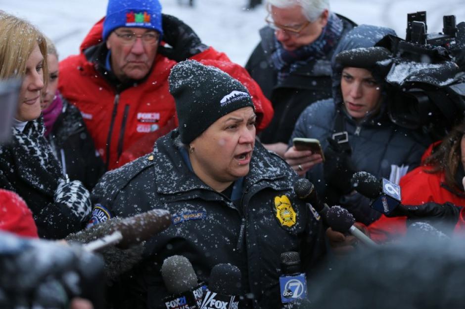 Catherine Buckley, vocera de la policía da declaraciones a la prensa. (Foto: AFP)