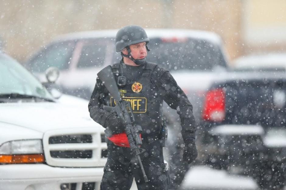 Policías con rifles de asalto participaron en el operativo para controlar la violencia en una clínica de planificación familiar en Colorado Springs. (Foto: AFP)