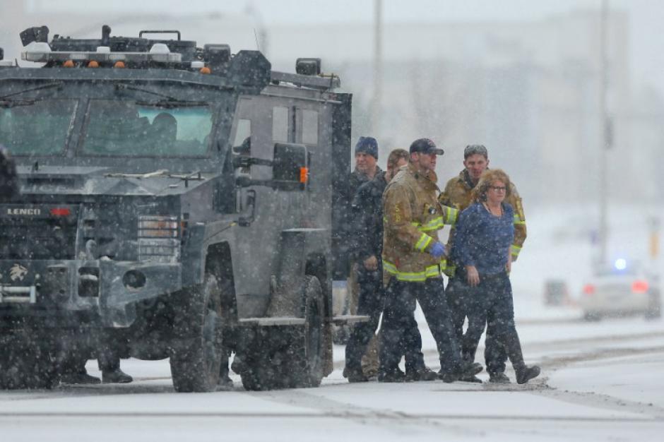 Una mujer que fue rescatada de la clínica Planned Parenthood en Colorado Springs, es escoltada por la policía. (Foto: AFP)