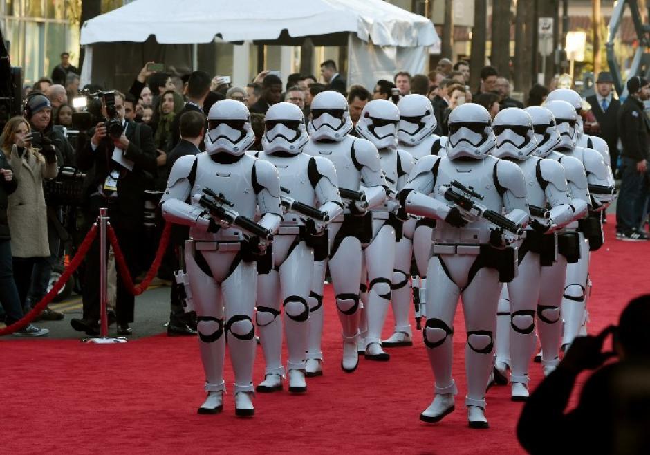 Más de cinco mil invitados se dieron cita en Hollywood para ver la cinta Star Wars: El despertar de la Fuerza. (Foto: AFP)