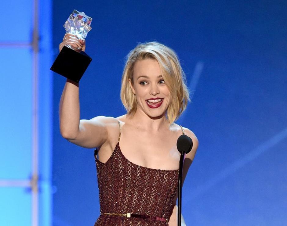 """Rachel McAdams recibe uno de los premios que ganó """"Spotlight"""" durante la entrega de los Critics Choice Awards. (Foto: AFP)"""