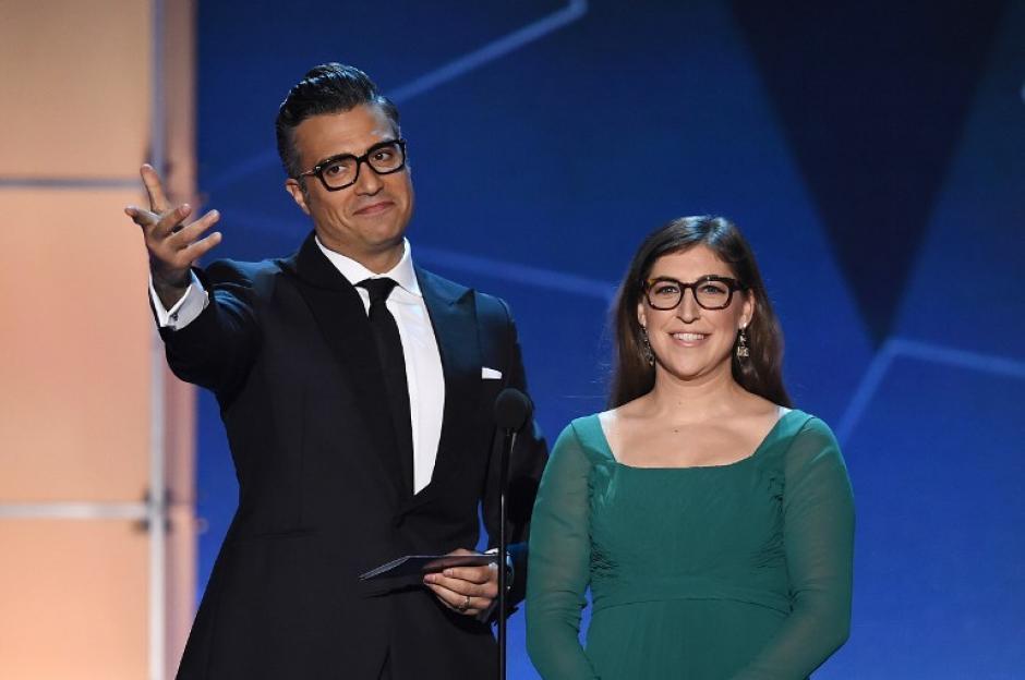 El actor mexicano Jaime Camil participó en la entrega de dos premios al lado de la actrizMayim Bialik. (Foto: AFP)