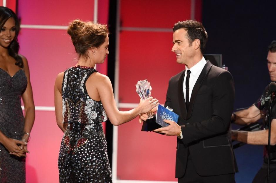 La actrizAlicia Vikander acepta el premio a Mejor Película de Ciencia Ficción o Terror por Ex Machina, donde participa el actor de origen guatemalteco Oscar Isaac. (Foto: AFP)