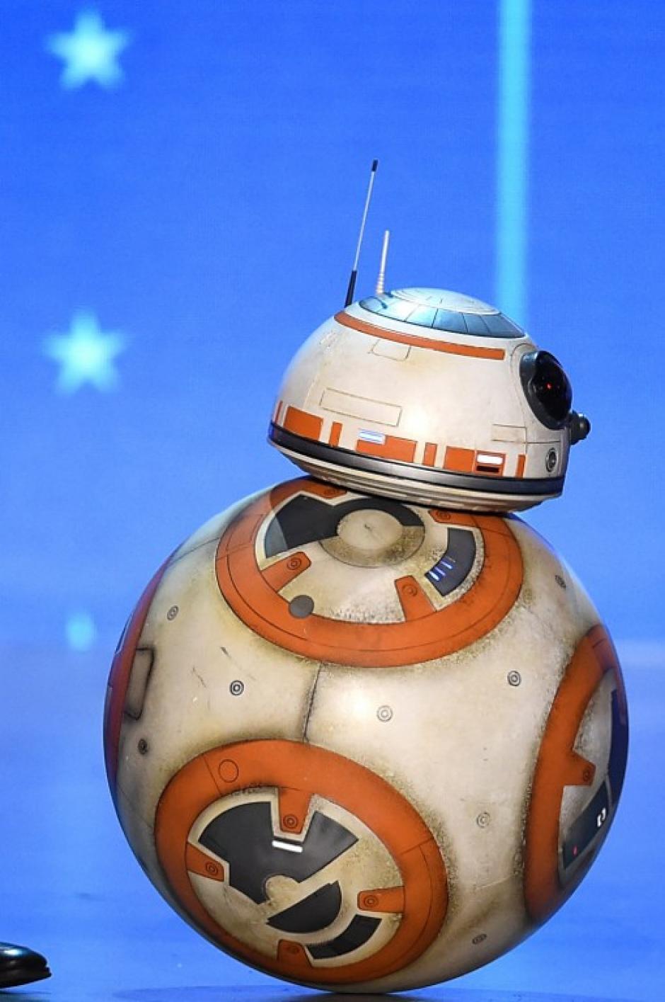 BB-8 no se quiso perder esta entrega de premios y salió al escenario para soprender a la concurrencia. (Foto: AFP)