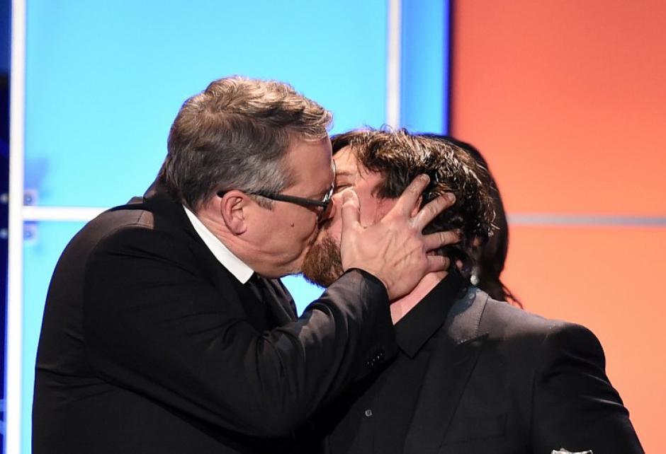 """El director Adam McKay (Izquierda) besa al actor Christian Bale tras ganar el premio a Mejor Comedia por """"The Big Short. (Foto: AFP)"""