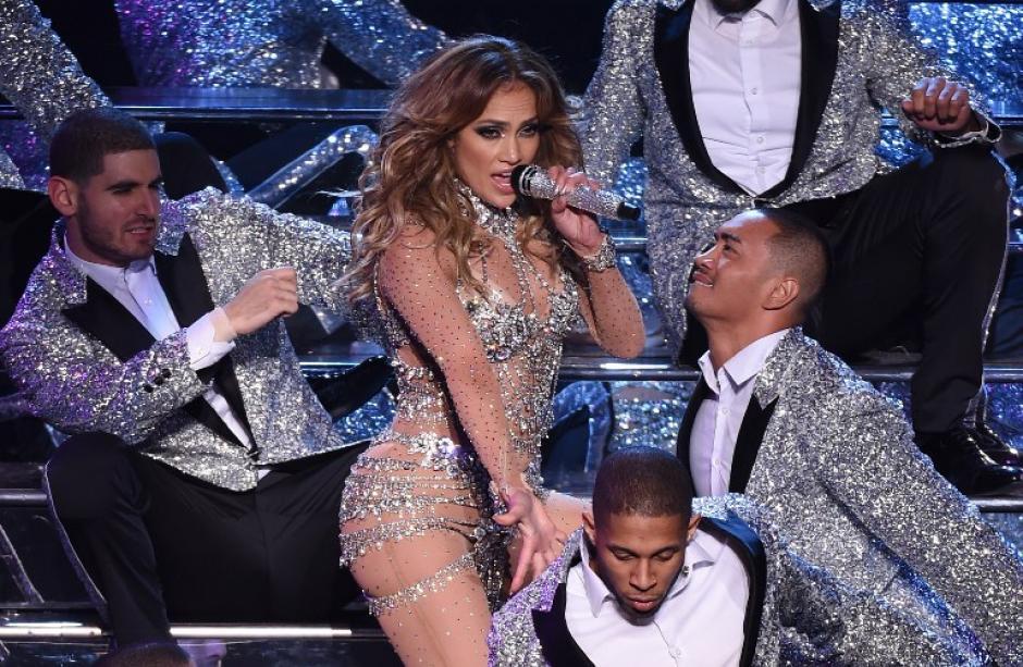 Jennifer Lopez se lució junto a su cuerpo de baile durante la primera noche en Las Vegas.(Foto: AFP)