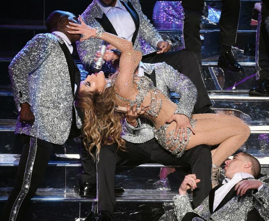 Sus 46 años no son un impedimento para que pueda lucirse en el escenario y bailar con mucha energía.(Foto: AFP)