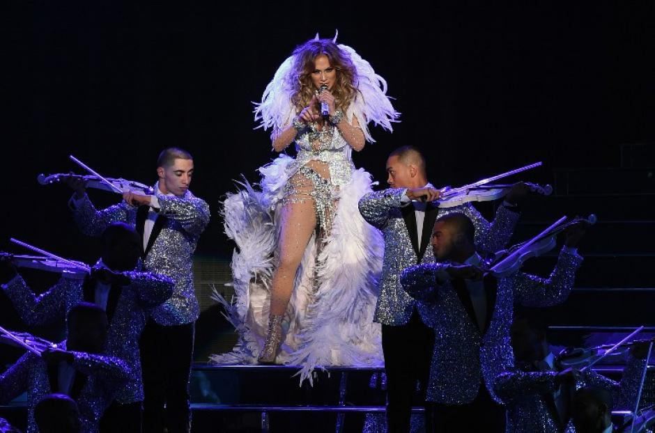 Jennifer Lopez lució un vestido semitransparente adornado con brillantes que resaltaban su escultural figura. (Foto: AFP)