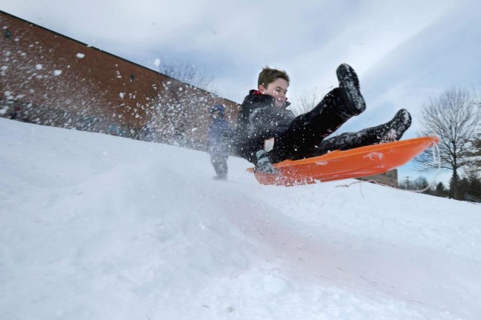 Un pequeñova en el aire en las colinas junto a Takoma Park Middle School 25 de enero 2016 en Takoma Park, Maryland. Niños y adultos disfrutaron de las condiciones climáticas provocadas por la tormenta del invierno Jonas. (Foto: AFP/Viruta Somodevilla)