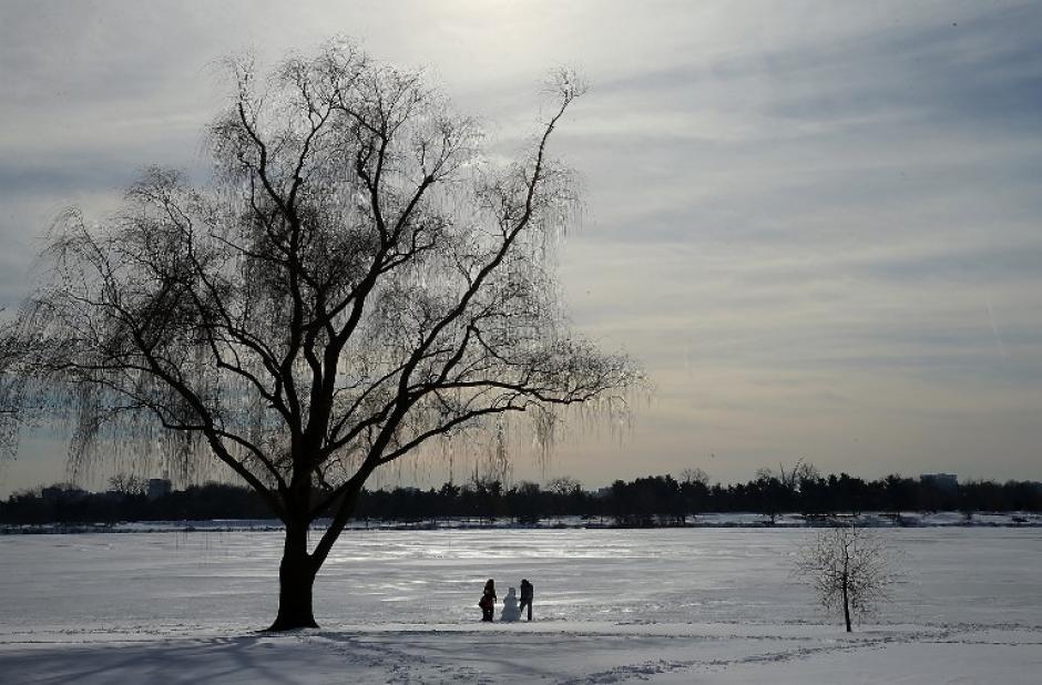 La capital de Estados Unidos comenzó hoy a recuperarse de la grantormentade este fin de semana entre guerras de bolas de nieve, voluntarios que apartan el hielo con palas y la alegría de los niños, que aprovecharon para hacer muñecos mientras las clases continúan suspendidas. (Foto: AFP/Win McNamee)