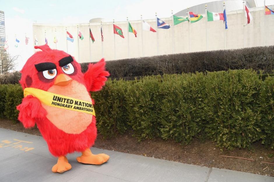El personaje Angry Birds, la película se unió a los festejos del día de la felicidad. (Foto: AFP)