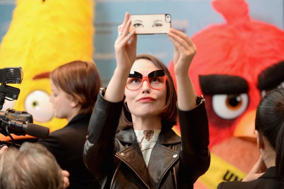 Personas que asistieron a la ceremonia no dudaron en tomarse la foto del recuerdo (Foto: AFP)