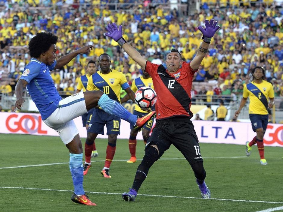 El guardameta Esteban Dreer respondió cuando fue exigido por los atacantes brasileños. (Foto: AFP)