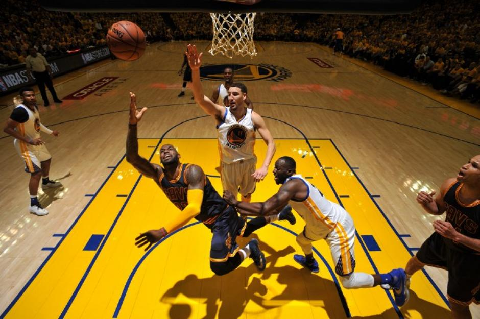 LeBron James jugó 34 minutos y anotó 19 puntos, no fue suficiente. (Foto: AFP)