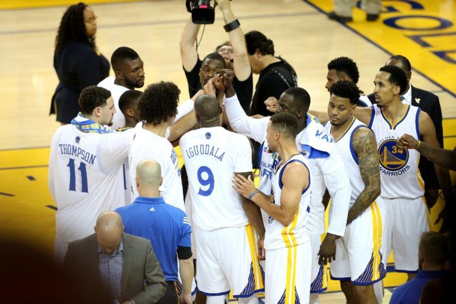 Los Warriors festejaron al final del partido, tienen la serie 2-0 a su favor. (Foto: AFP)