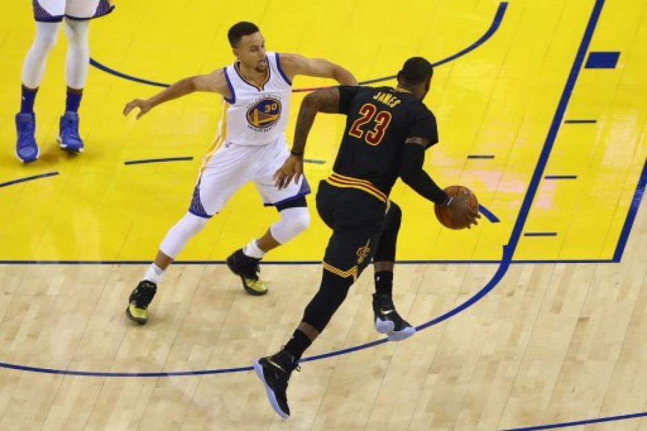 Curry no tuvo su mejor partido, enfrente tuvo a un LeBron James inspirado. (Foto: AFP)