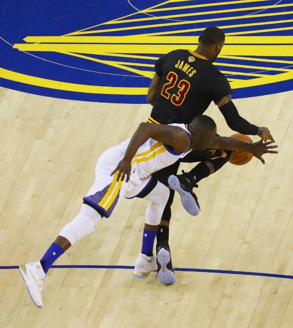LeBron James anotó, bloqueó, robó y asistió, tuvo una final completa. (Foto: AFP)