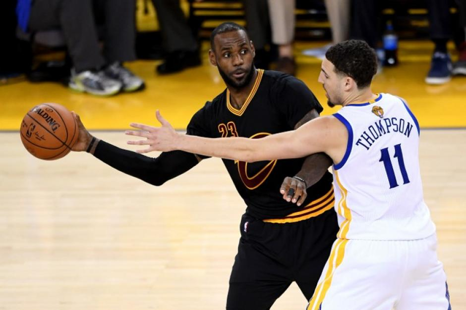 LeBron James fue protagonista de una de las jugadas de la final, bloqueo sobre la hora. (Foto: AFP)