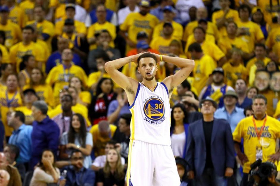 El rostro de la decepción, así vivió Curry la derrota. (Foto: AFP)