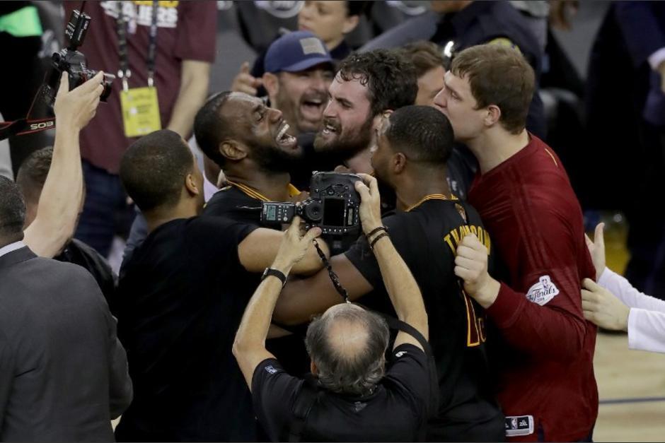 LeBron James se convierte en leyenda para Cleveland, fue protagonista del primer título de la NBA para los Cavs. (Foto: AFP)