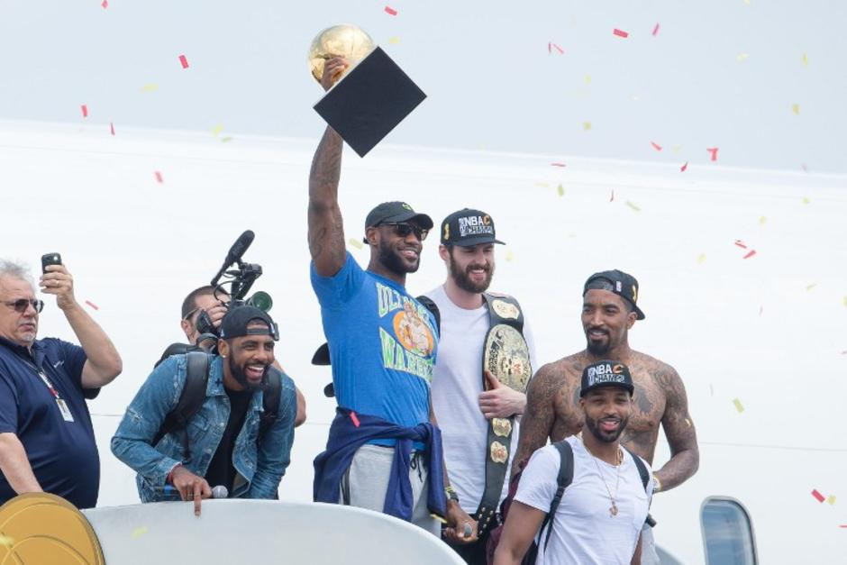 Así descendió del avión LeBron James y compañía, con los trofeos en mano. (Foto: AFP)