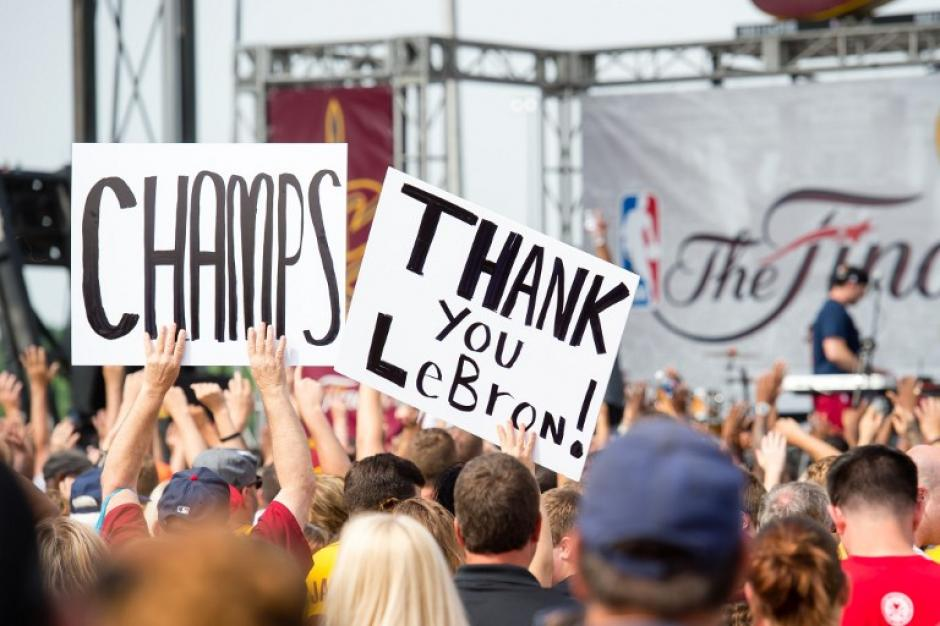 """Estos eran los mensajes de """"agradecimiento"""" del público de los Cavs. (Foto: AFP)"""