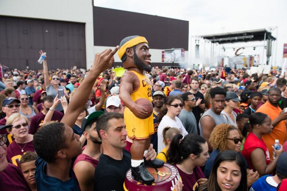 No importó el tiempo de espera, muchos fanáticos de los Cavs fueron a esperar a su equipo. (Foto: AFP)