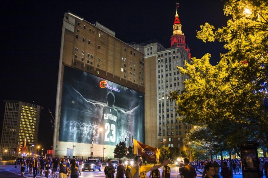 Una estampa de LeBron James iluminó la noche en Cleveland. (Foto: AFP)