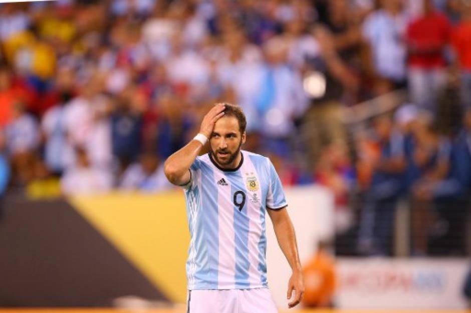 El lamento de Gonzalo Higuaín, tuvo en los pies una ocasión clara de gol. (Foto: AFP)