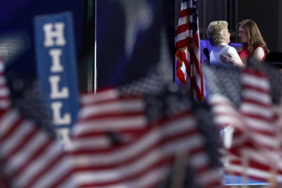 Con cientos de banderas fue recibida Hillary en el escenario. (Foto: AFP)