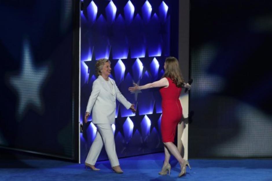 El abrazo histórico entre Hillary y su hija al ser presentada. (Foto: AFP)