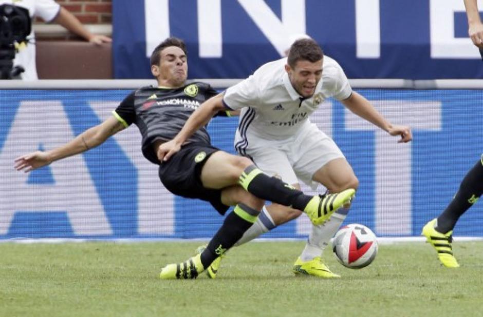 Oscar del Chelsea disputa el balón con Kovacic del Real Madrid en el que ganó el equipo merengue. (Foto: AFP)