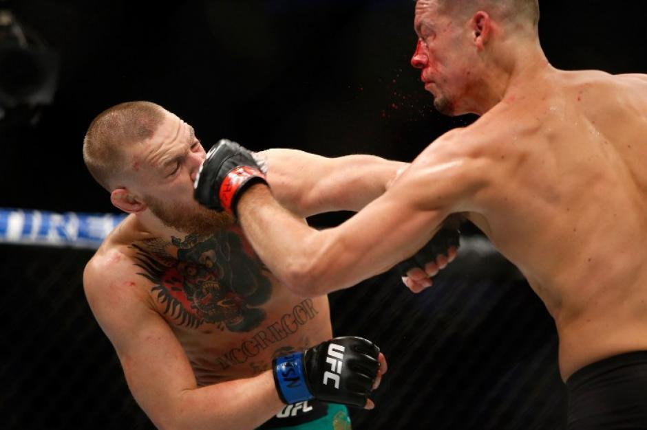 Los peleadores entregaron todo en busca de la victoria. (Foto: AFP)