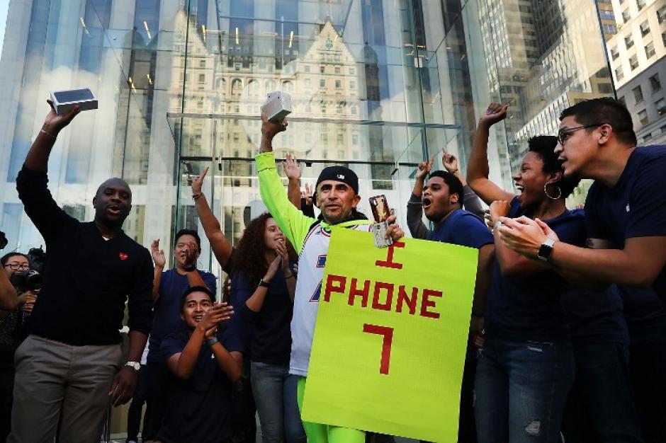 Los que lograron obtener los modelos más recientes de Apple celebraron la obtención. (Foto: AFP)