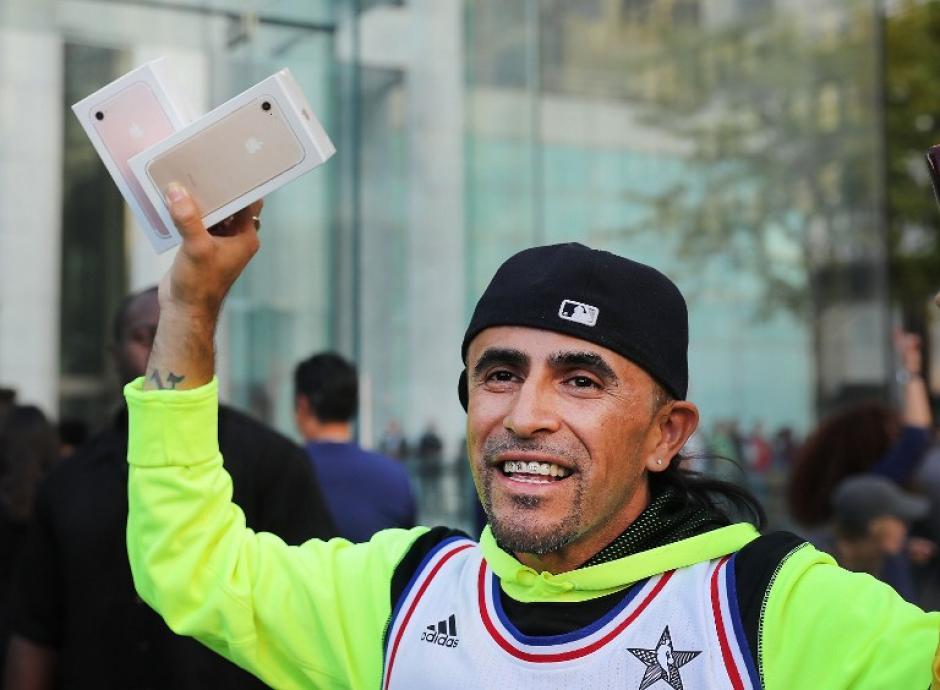 Los que sí lograron obtener el aparato, se sentían como haber ganado una competencia. (Foto: AFP)