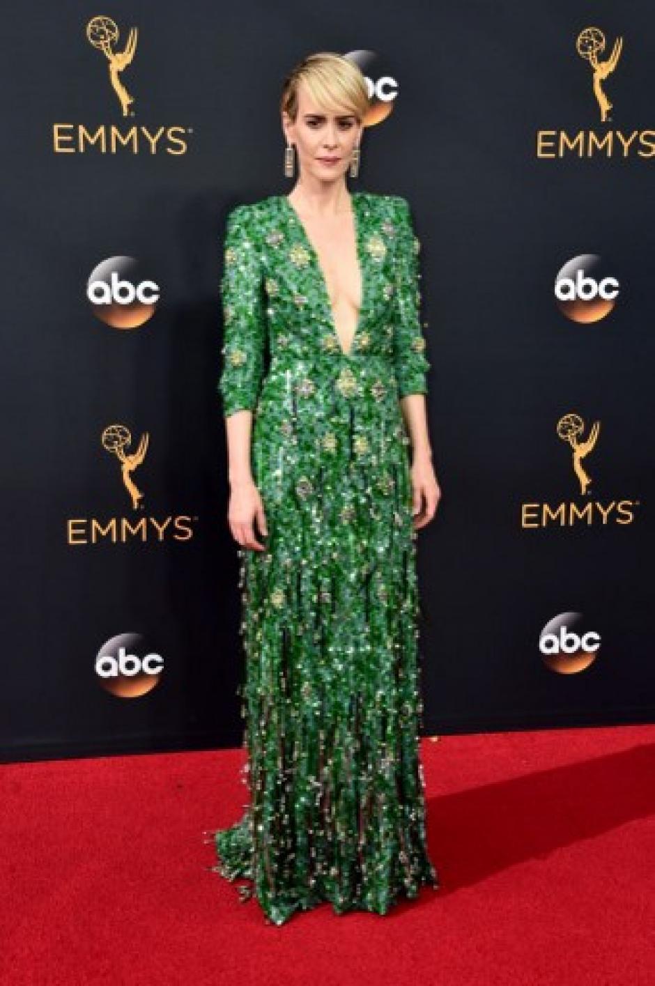 Sarah Paulson, espectacular con este vestido verde de Prada. La actriz está nominada a dos Emmy esta noche. (Foto: Afp)