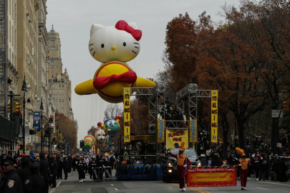 Hello Kitty enamoró principalmente a las niñas que asistieron al recorrido. (Foto: AFP)