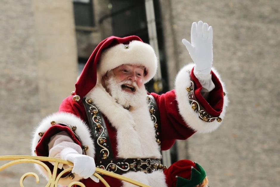 Santa Claus saluda y ya le da la bienvenida a la época navideña. (Foto: AFP)