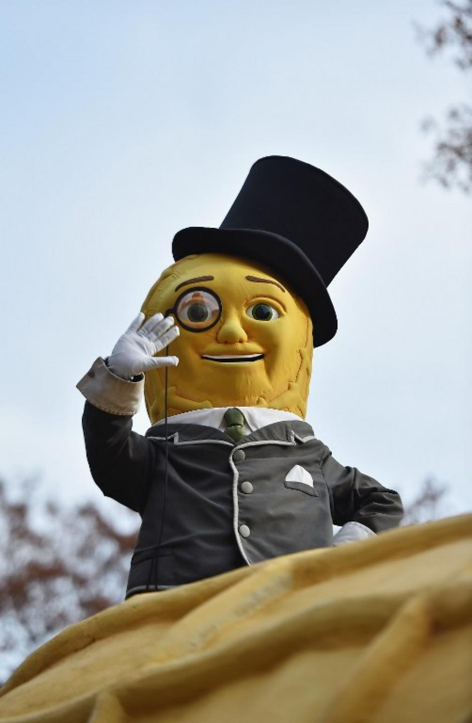 Mister Peanut participó del desfile alegórico. (Foto: AFP)