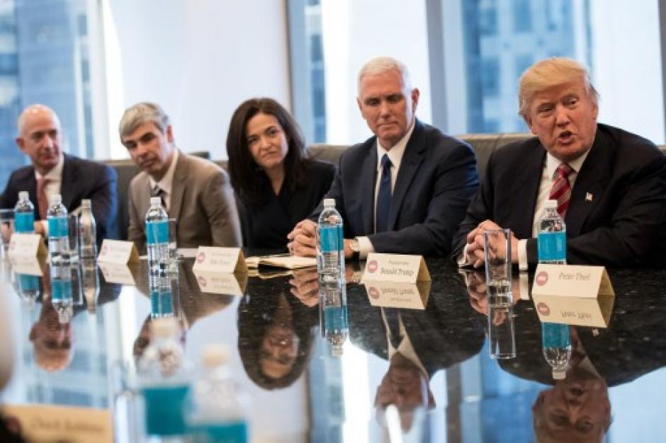 Jeff Bezos, Larry Page y Sheryl Sandberg, junto a Mike Pence y Donald Trump. (Foto: AFP)